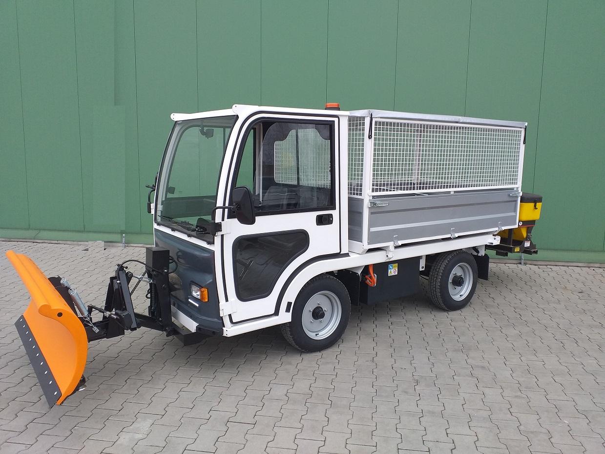 Elektryczny Pojazd Transportowo Platformowy z pługiem i posypywarką